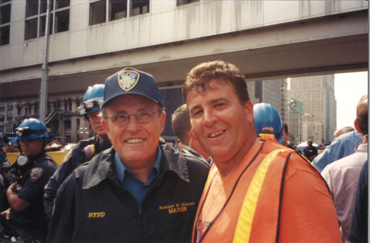 Guliani Takes a Photo with An Unknown Worker